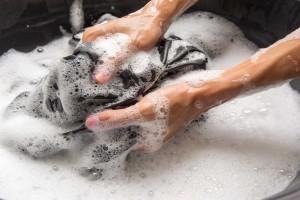 اشتباهاتی که در هنگام شستن تی شرت با دست مرتکب می شوید
